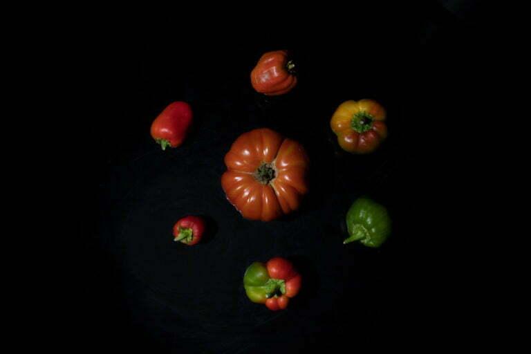 tomate et poivron légumes fond noir